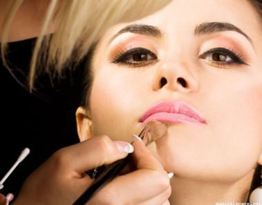 glamour-makeup-with-makeup-artist-with-opportunity-for-a-makeup-artist-to-give-party-makeup-consultations-379x297